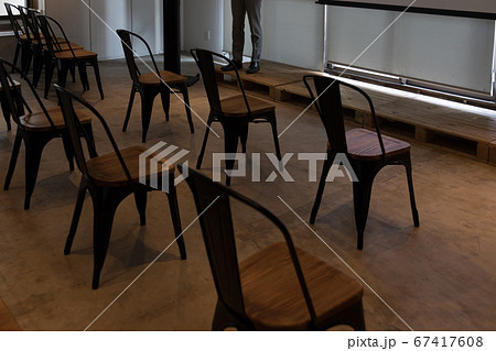会議室の椅子の配置(ソーシャルディスタンス) 67417608