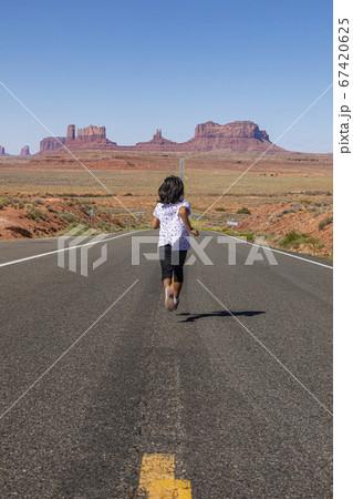 フォレストガンプポイントを走る少女(後ろ姿) 67420625