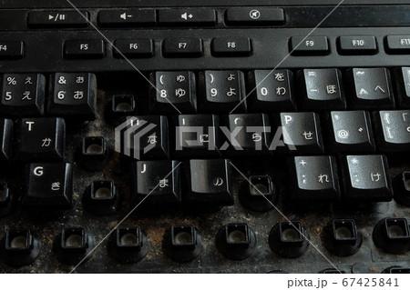 使い古したキーボードを掃除する 67425841