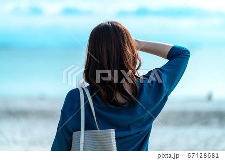 海を見る後ろ姿の女性のライフスタイルイメージ 67428681