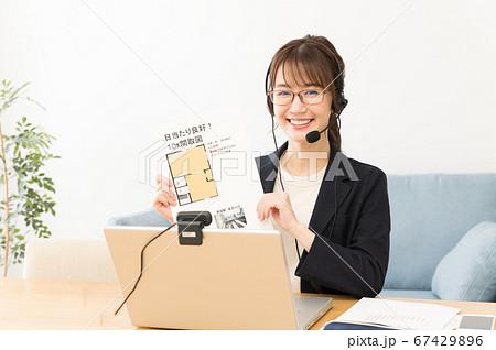 オンラインで不動産営業をする女性 67429896
