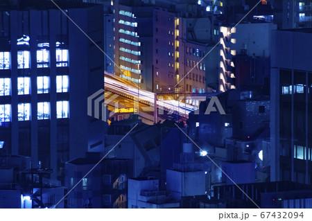 水道橋にて高所から望遠レンズで撮影した夜のオフィス街の首都高速 67432094