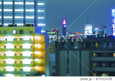 高所にて撮影したミニチュア風の新宿方面の夜景 67432430