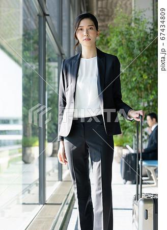 出張するビジネスウーマン【空港】  67434809