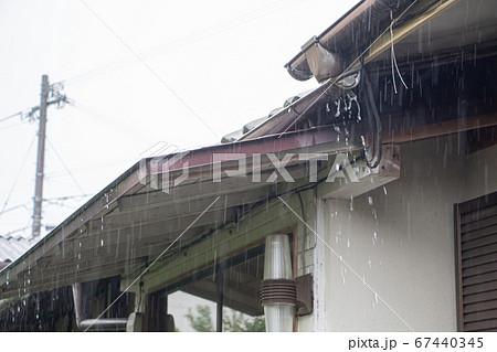 激しい雨が打ち付ける日本家屋の軒下 67440345