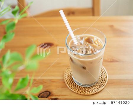 テーブルに置かれたアイスカフェオレ 67441020