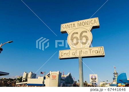 カリフォルニア サンタモニカのルート66の看板と青空 67441646