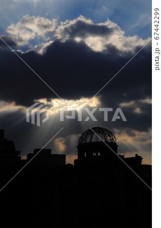広島 天使のはしごと原爆ドームのシルエット 67442299
