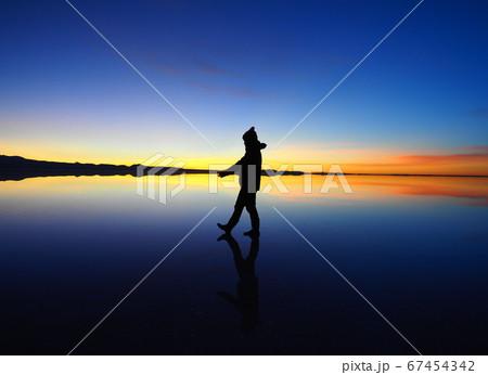<ボリビア>ウユニ塩湖の夕暮れ×女性(1月の新月に撮影) 67454342