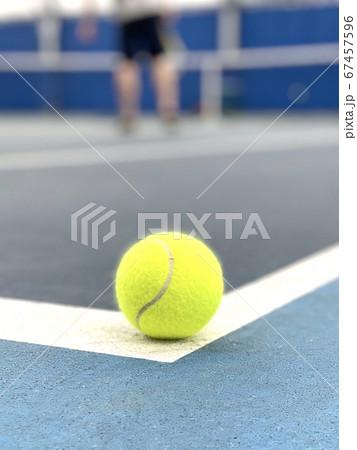 ベースラインぎりぎりに乗るテニスボール 67457596