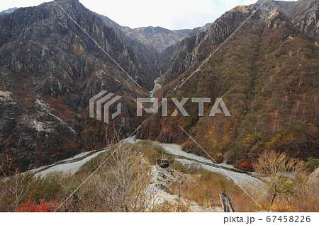 足尾 太平山南西尾根中腹から見る渡良瀬川の源流部ウメコバ沢と沢入山方面 67458226
