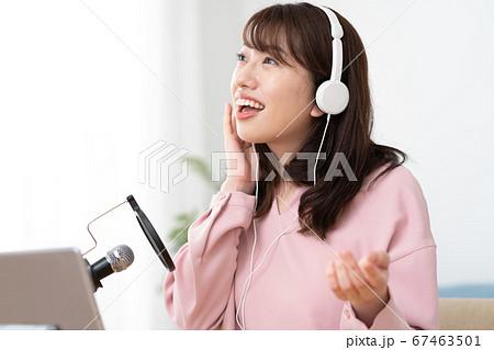 歌い手 歌ってみた YouTubeで歌を配信する若い女性 67463501