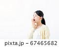 あくびをする若い女性 67465682