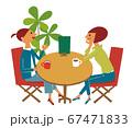 カフェでお喋りする女性 67471833