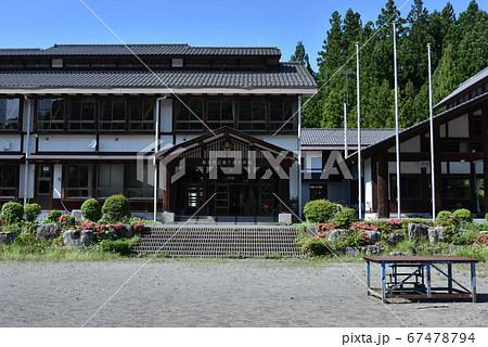 昔懐かしい木造校舎に泊まれる小学校「さる小」における校舎と校庭 67478794