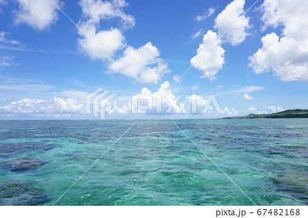 青い海と青い空と白い雲、沖縄の海風景 ポコポコ雲 67482168
