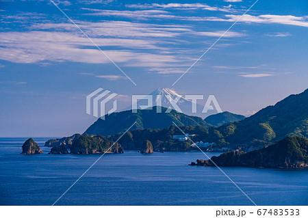 (静岡県)松崎の海岸線から見る、爽やかな富士山 67483533