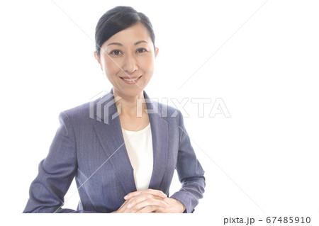 手を組む笑顔のビジネスウーマン 中年女性 上半身 67485910