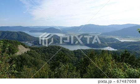 高所から眺めた山と湖の絶景/福井県の三方五胡 67487008