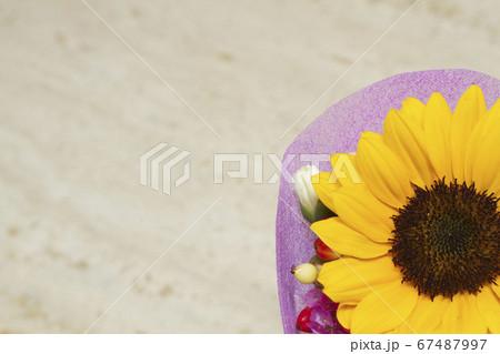 ベージュの大理石とひまわりの小さな花束 67487997