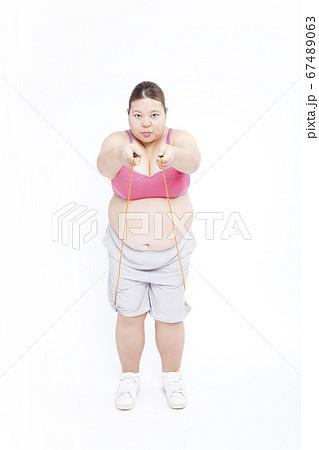 縄跳びをするメタボ女性 67489063