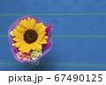ブルーのテーブルクロスとひまわりの小さな花束 67490125