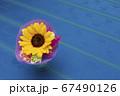 ブルーのテーブルクロスとひまわりの小さな花束 67490126