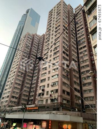 路面電車から見上げる香港の高層ビル 67493875