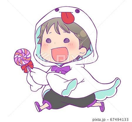 キャンディを持って走るハロウィン仮装の男の子_ゴースト 67494133