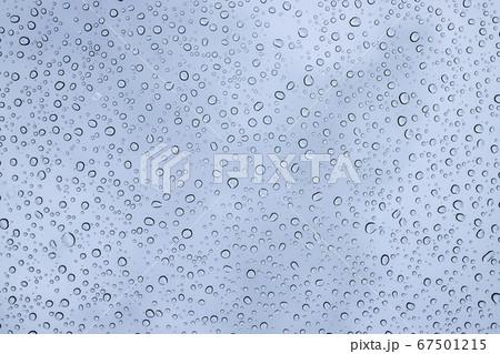 ガラスの綺麗な水滴 車のフロントガラスについた雨粒 67501215