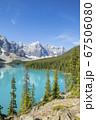 カナダ、アルバータ州のバンフ国立公園にあるモレーン湖 67506080