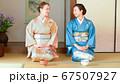 茶道を体験する外国人と日本人の女性 67507927