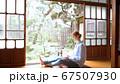 日本で暮らす外国人女性 パソコン操作 インバウンド 67507930