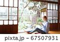 日本で暮らす外国人女性 スマホを操作 67507931