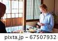 お寿司を食べる外国人女性 67507932