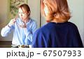 お寿司を食べる外国人女性 67507933