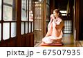 着物姿でお茶を飲む外国人女性 67507935