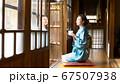 着物姿でお茶を飲む女性 67507938
