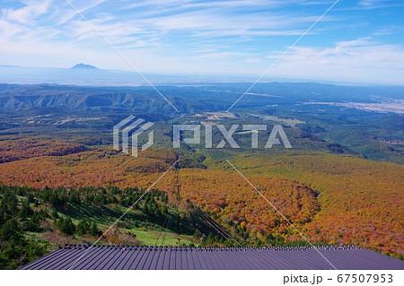 青森県 八甲田ロープウェー山頂公園駅から見た岩木山と紅葉 67507953