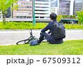 自転車で通勤途中に一息つく男性 67509312