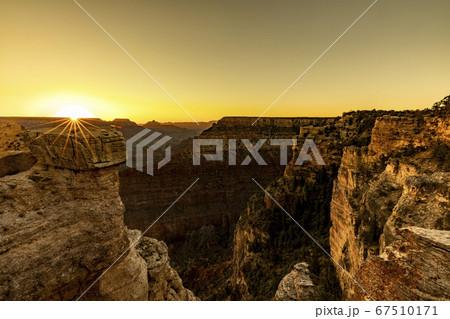 朝日が登るグランドキャニオンの渓谷 67510171