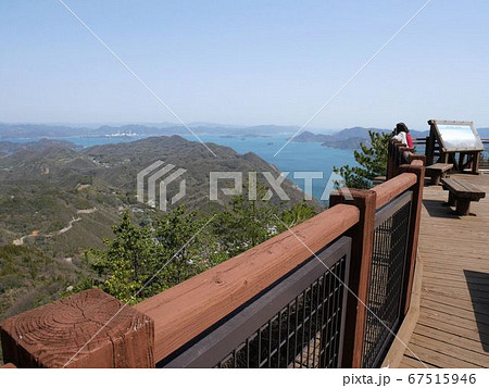 広島県大崎上島 神峰山の第二展望台からの眺めを楽しむ観光客 67515946