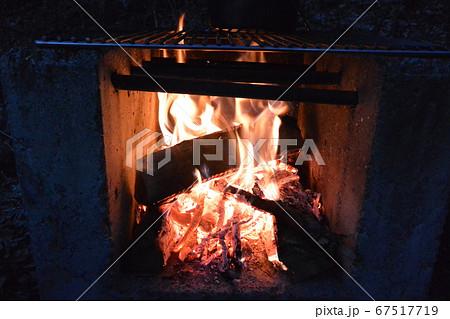 キャンプ場での焚き火 夕食の準備 67517719