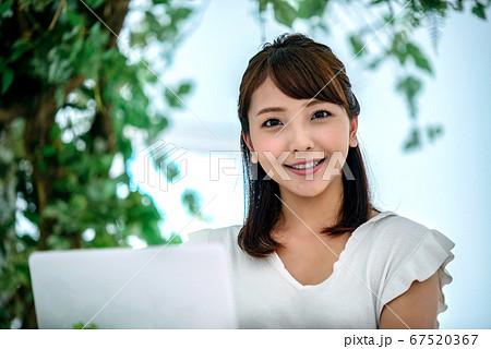 カフェでチャットするテレワーク中の若い女性 67520367