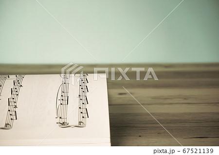 楽譜のクローズアップ。レトロスタイル 67521139