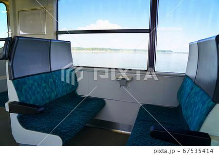 湖面の上を走行する電車のボックス席 67535414