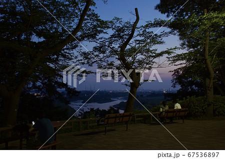 多摩川台公園夕景 展望台のブルーモーメント 67536897