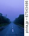 悪天候の山道 67543486