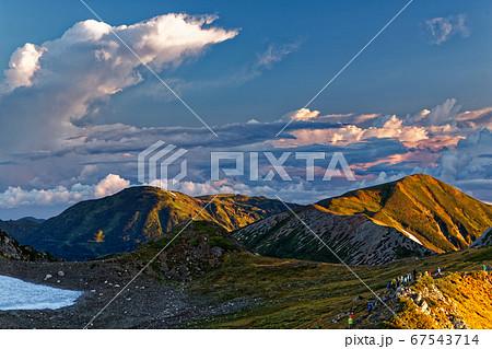 白馬岳稜線から見る朝焼けの雪倉岳・朝日岳 67543714