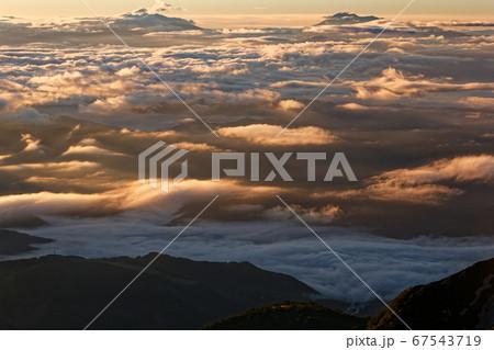 白馬岳稜線から見る朝焼けの雲海と浅間山方面下眺め 67543719